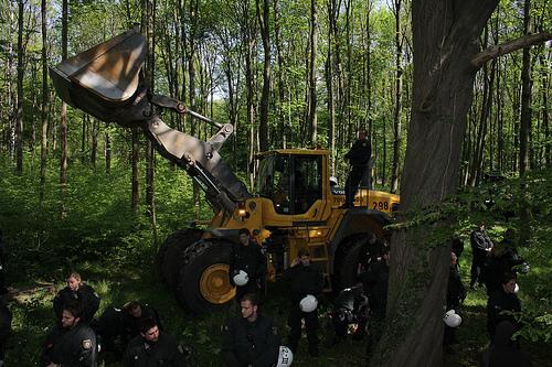 Polizeischutz fuer RWE-Bagger (Foto: http://hambacherforst.blogsport.de)