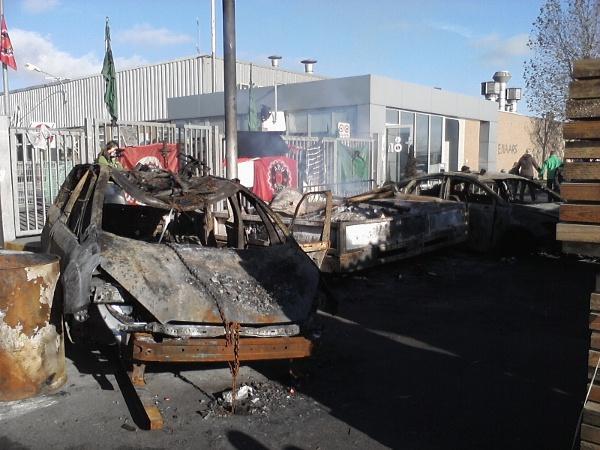 Ausgebrannte Ford-Wagen vor Werkstor
